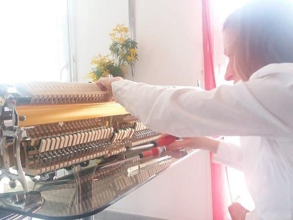 Agnès Nitelet règle la mécanique d'un piano - 3