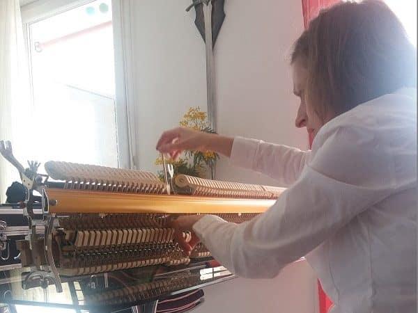 Agnès Nitelet règle la mécanique d'un piano - 4