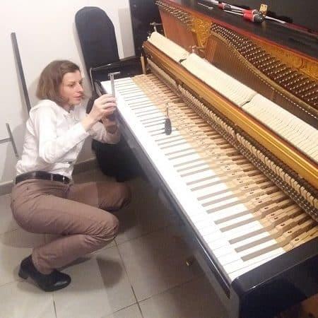 Agnès Nitelet règle la mécanique d'un piano - réglage de la hauteur de touches blanches