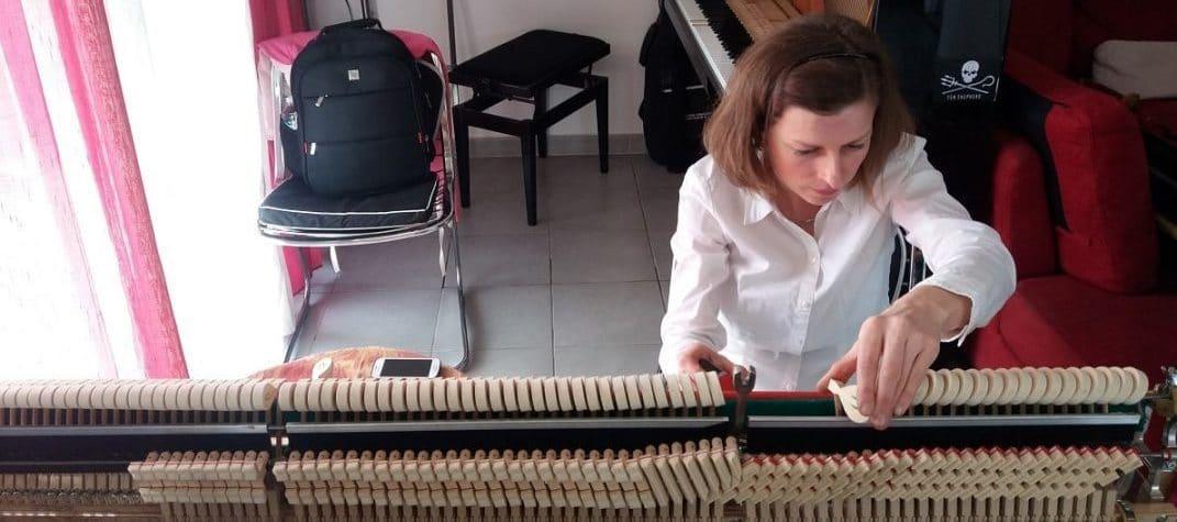 Agnès Nitelet effectue le réglage de la mécanique un piano - 1