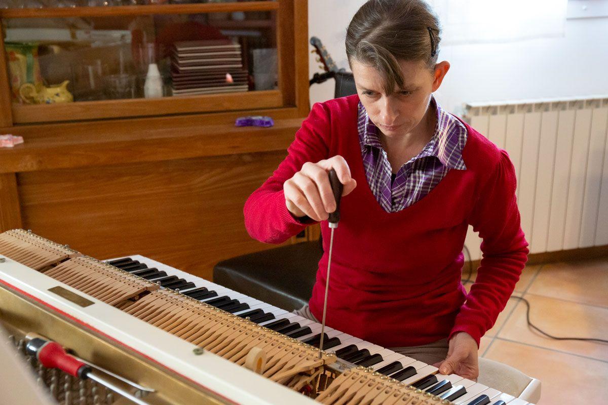 Agnès NITELET accordeur de piano réglage de la rechute