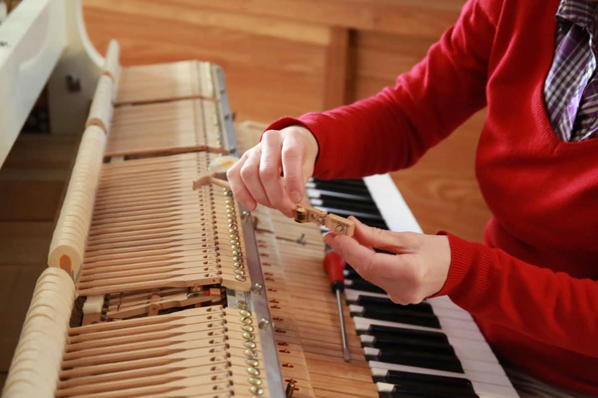 Agnès NITELET accordeur de piano remise en place d'un marteau