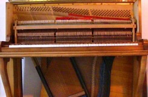 Agnès NITELET accordeur de piano revissage des étouffoirs